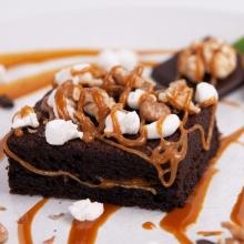 Десерт Брауни с карамелью